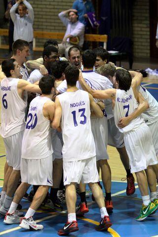 CB Prat celebra la victoria (foto basquetmaniàtic)