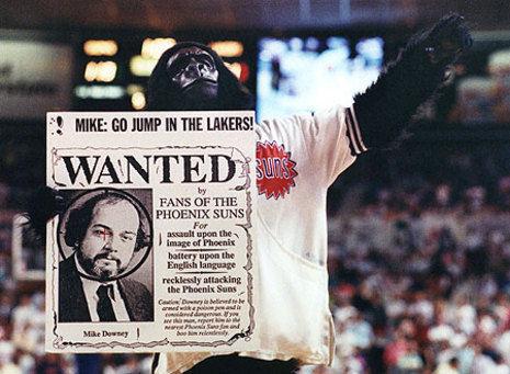 The Gorilla,con un cartel contra el columinsta de L.A. Times (Foto: Arizona Central).