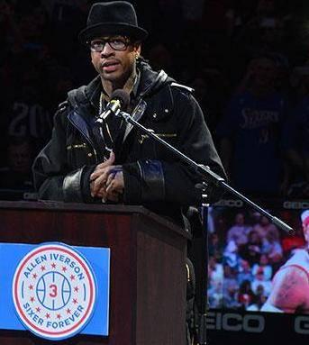 Ceremonia de retirada del número a Allen Iverson (Foto captura: nba.com).