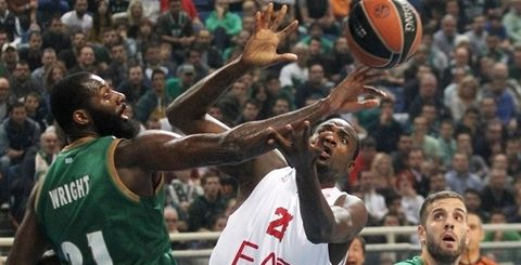 Julian Wright lucha por un rebote (Foto: euroleague.net).