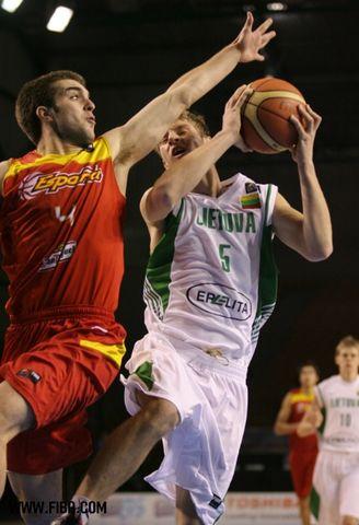 Iván Martínez defendiendo (foto FIBA.com)