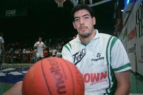 Un joven Luis Scola, con la camiseta de Ferro jugando en el Cerutti contra Atenas. (La Voz / Archivo)
