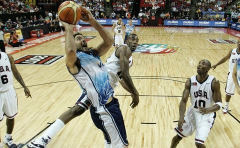 Foto: FIBA. Scola y Kobe Bryant en la Final de Las Vegas 2007