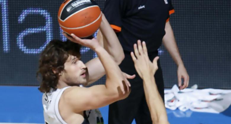 Simas Jasaitis lanza a canasta (foto: ACB Media)