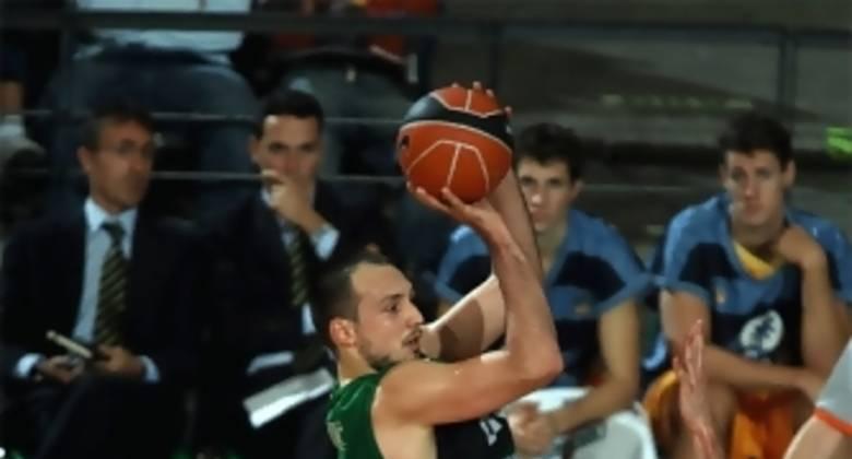 Luka Bogdanovic en su salsa, el lanzamiento exterior (Foto: penya.com)
