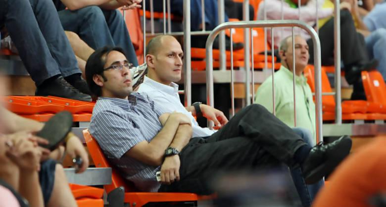 Willy Villar, atento a lo que sucedía en pista, junto a Alberto Angulo (Foto: Emilio Cobos/FEB)
