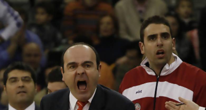 Trifón Poch encoraginado por la mala suerte de sus hombres (Foto: ACB Photo / Pepe Marín)