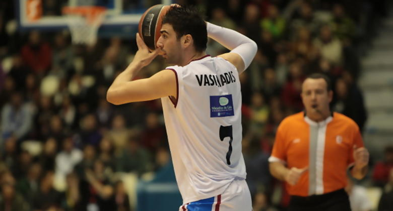 Kostas Vasileiadis observa el juego y prepara el pase (Foto: ACB PHOTO/J.Marqués)