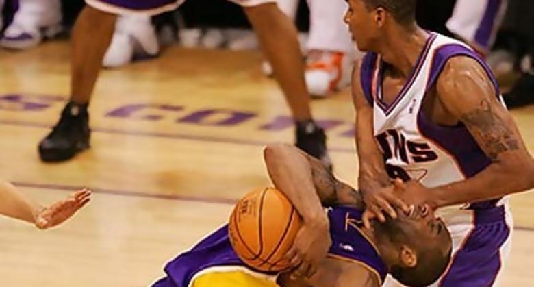 Raja Bell tira a Kobe Bryant (Foto: Deirdre Hamill/The Arizona Republic)