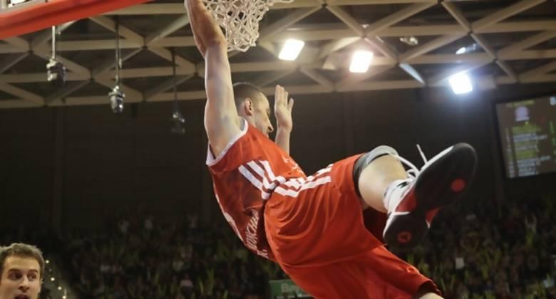Jared Homan, pivot de Bayern München, no tiene piedad con el aro rival (Foto: fcb-basketball.de)