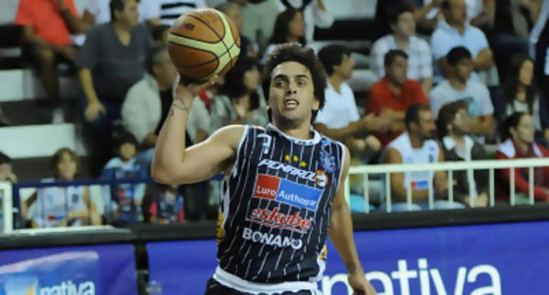 Facundo Campazzo dando los pasos (Foto: ligateunafoto.com)