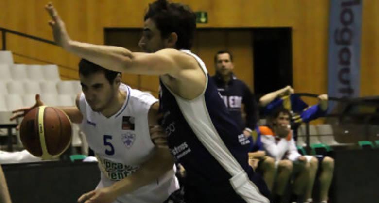 Ferran Bassas perseguido por Carles Marzo, que debutaba (foto basquetmaniàtic)