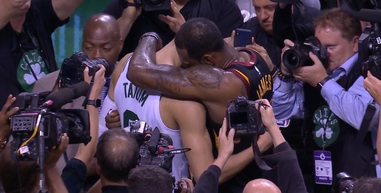 Tatum y LeBron, hug