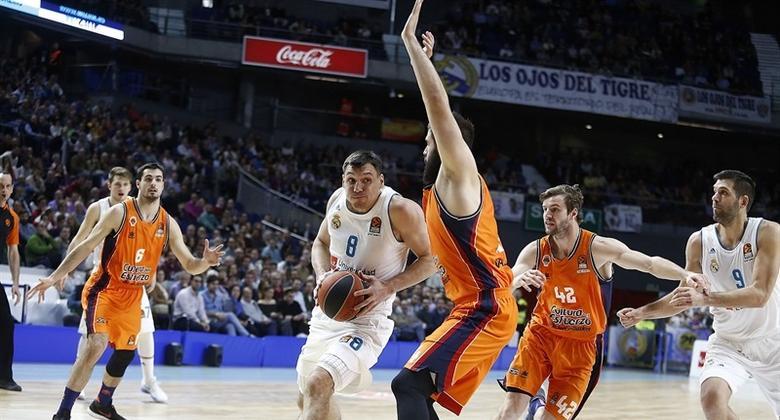 Real madrid tira de orgullo ante valencia basket en un for Juego de real madrid