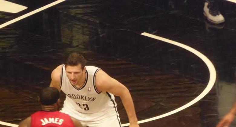 Teletovic intenta franar a LeBron (Foto: Kike Casanovas/solobasket.com).