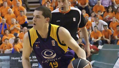 Iván Corrales avanza con la pelota (foto: FM)