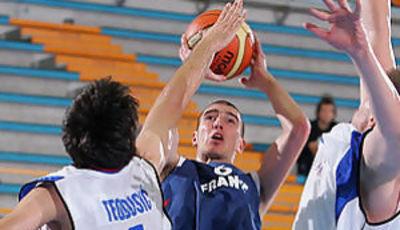 De Colo se eleva ante Teodosic (Foto: Fiba Europe)