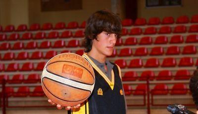 Joan Sastre posa en su presentación (foto www.basquetinca.com)