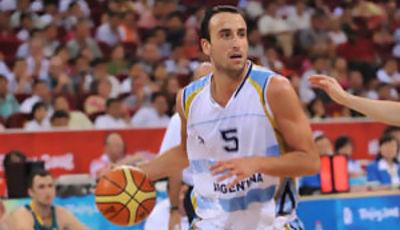 Manu Ginobili conduce el balón en busca de la mejor opción (Foto: Fiba.com)