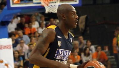 Vonteego Cummings conduce el balón