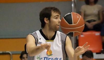 Gusi Guzmán pasa la pelota (foto: FM)