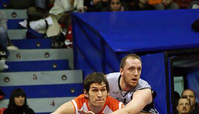 Duelo de gigantes: Fred Weis y Boban Marjanovic (Foto Baskerland)