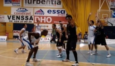 Devin Wright defendiendo a Middleton (Foto: Web Girona)