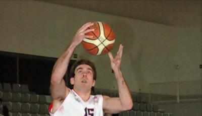 08 Iñaki Narros se va de Mamadou Samb (foto basquetmaniàtic)