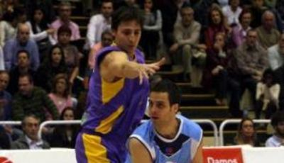 Nacho Ordín trata de superar a Van Lacke (Foto: Web Leche Río Breogán)
