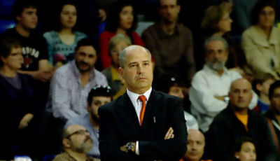 Javier Imbroda mirando el partido. (Foto: www.victorsalgado.com)