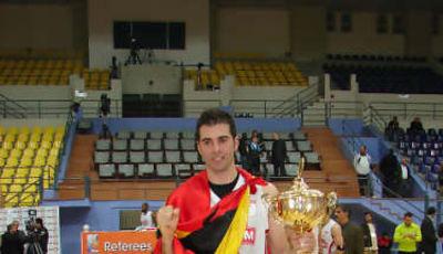 Óscar Yebra posando con la Copa y la bandera de España