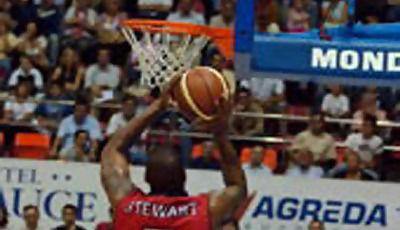 Terrence Stewart lanza a canasta (www.basketzaragoza.net)
