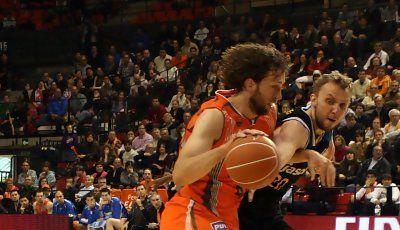 Savanovic intenta robarle el balón a Nielsen (Foto: JML)