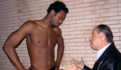 Kimani Ffriend charlando con un scout de la NBA (Foto: Solobasket.com)