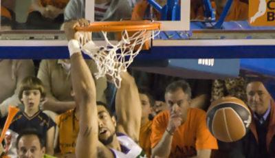 Massey machaca el aro (foto: FM)