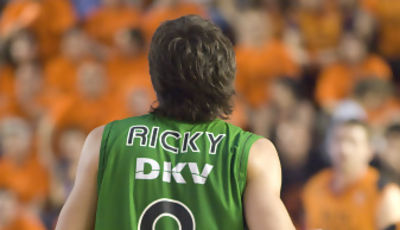 Ricky sube la pelota (foto: FM)