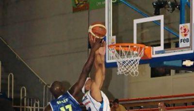 02 Tapón de Drame sobre André Howard (foto basquetmaniàtic)