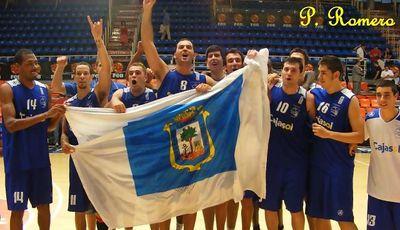 El equipo lució la bandera de Huelva en su celebración (Foto: Pablo Romero)