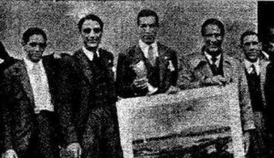 La selección española recibió una copa y un diploma acreditativo de su triunfo, en aquella época no se repartieron medallas (foto: Mundo Deportivo)