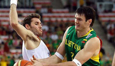Rudy y Lavrinovic en el partido Lituania España