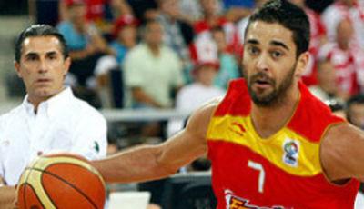 Juan Carlos Navarro supera a Gortat (foto: eurobasket2009.org)