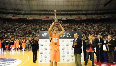 Roger Grimau levanta la lliga catalana (Foto: basquetcatala.com)