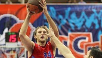 Zoran Planinic ante la defensa romana (cskabasket.com)