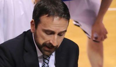 Joan Plaza intenta explicar a sus jugadores como parar esto. (Foto:dnavarro.es)