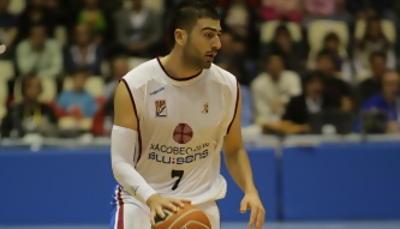 Kostas Vasileiadis sube el balón a cancha contraria (Foto: ACB PHOTO/ J.Marqués)