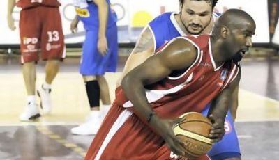 Ryan Humphrey busca el aro ante Caio Torres (Foto: Peio García para Leonoticias.com)