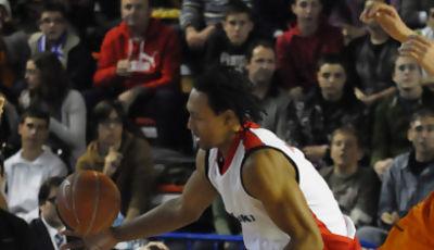 Marcus Vinicius Toledo intenta hacerse con la pelota (foto: FM)