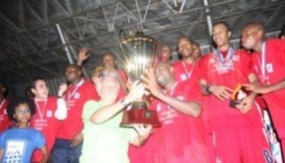 El equipo de Maxaquene recibe la copa de campeón (Foto: Noticias Maputo)