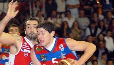 Panchi Barrera tratando de penetrar (Foto: Unión Atlética)