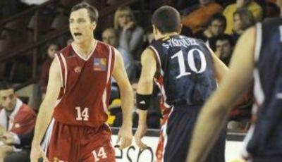 Schraeder sube la bola ante Sony Vázquez (Foto: Peio García para leonoticias.com)